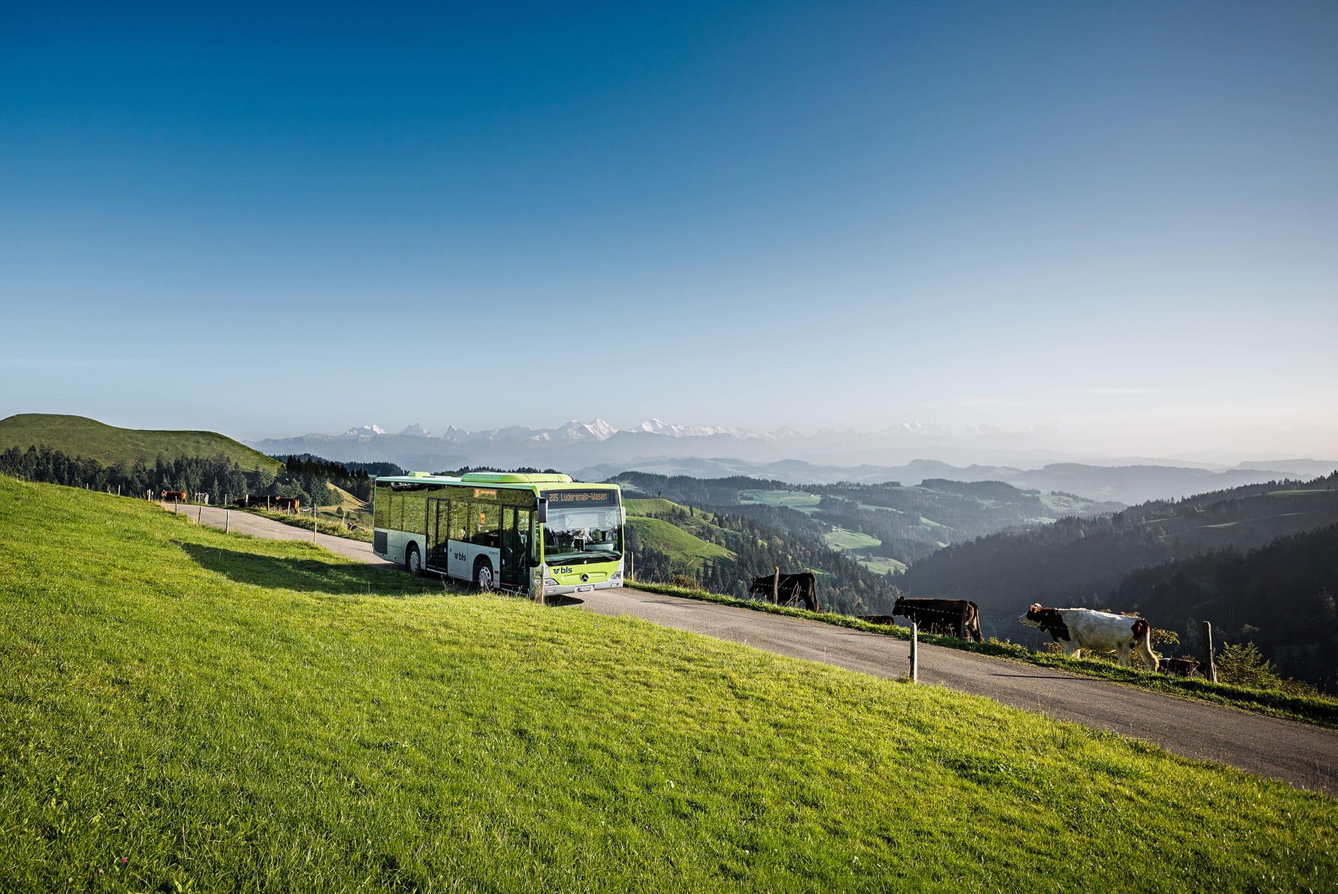 Der BLS Wanderbus auf dem Weg zur Lüderenalp.