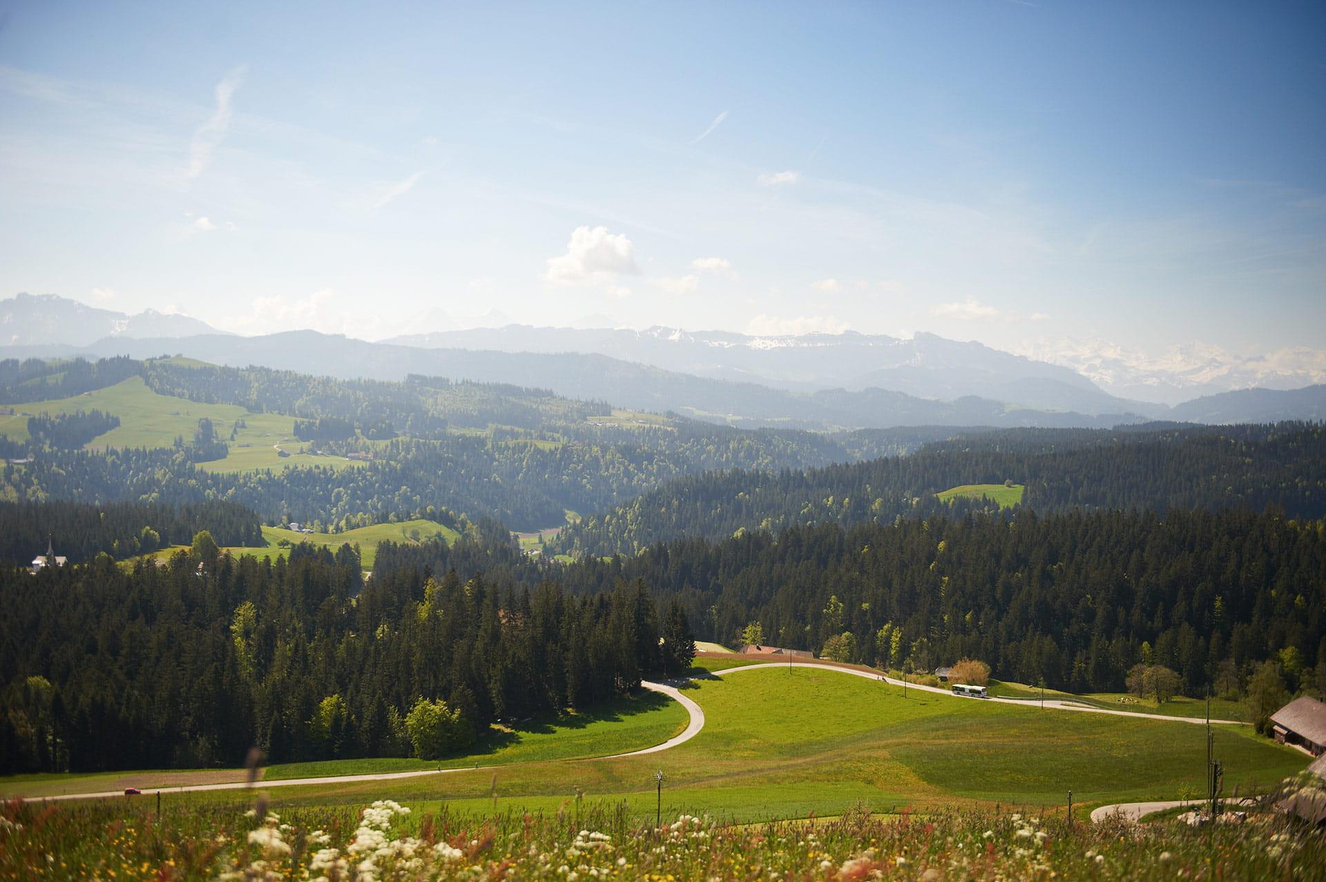 Über einen kleinen Pfad gelangen Sie zum 42 m hohen Aussichtsturm Chuderhüsi, welcher Ihnen eine der schönsten Aussichten im Bernbiet vom Schwarzwald bis zu den Berner Alpen bietet.