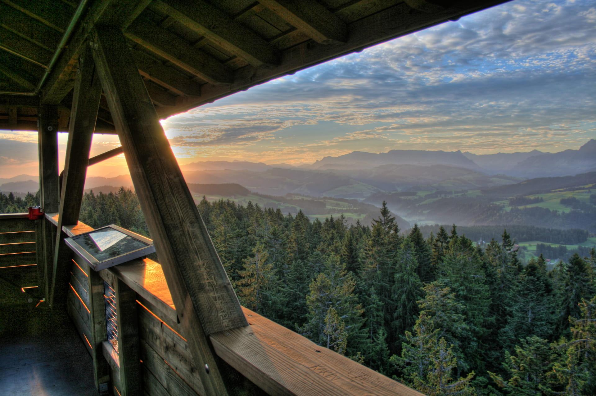 Geniessen Sie den Weitblick vom 42 Meter hohen Aussichsturm «Chuderhüsi».