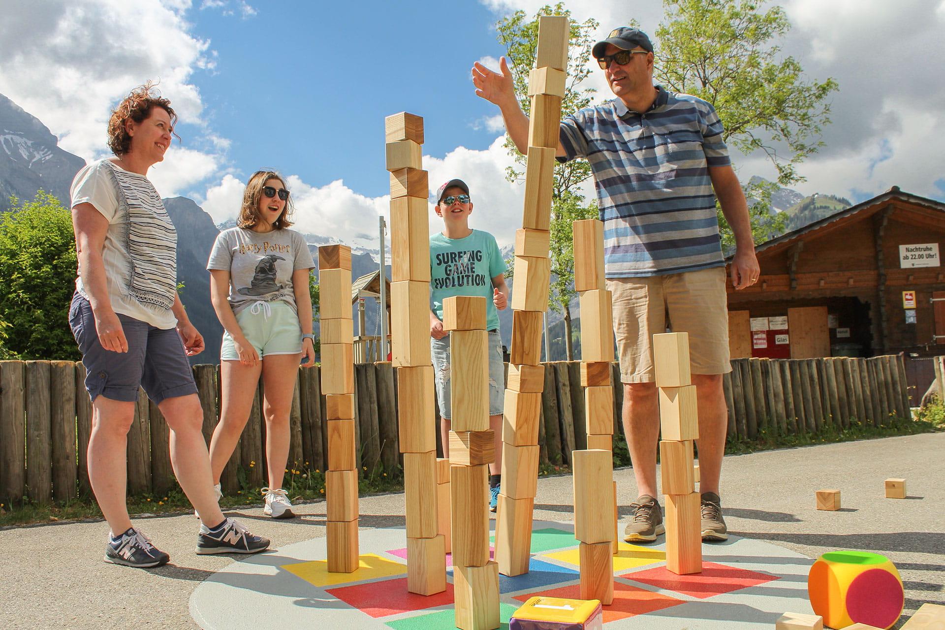Familie beim Bau eines Turms mit Holzklötzen