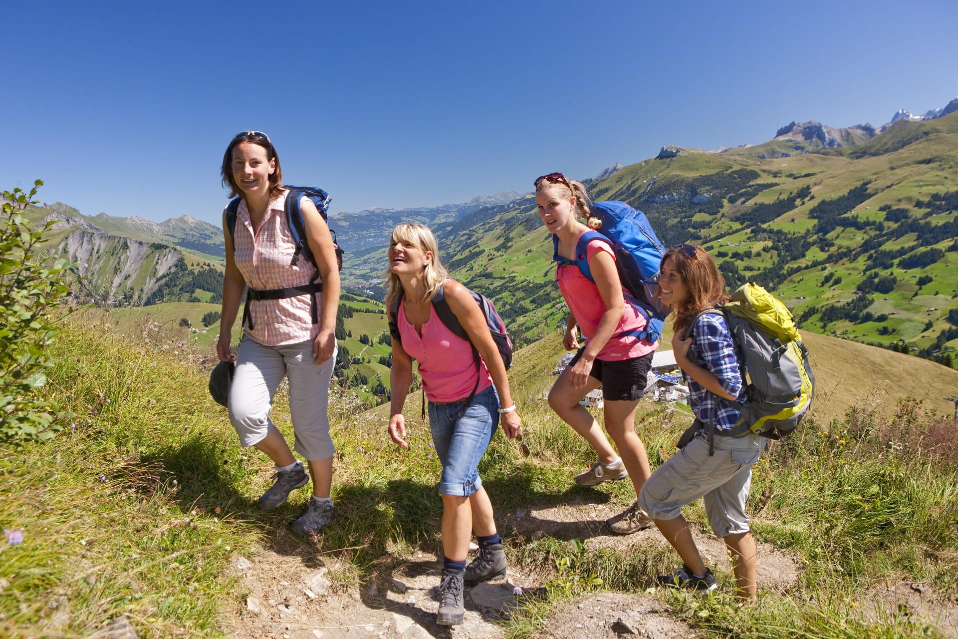 Vier Frauen wandern durch die schöne Bergwelt bei der Tschentenalp