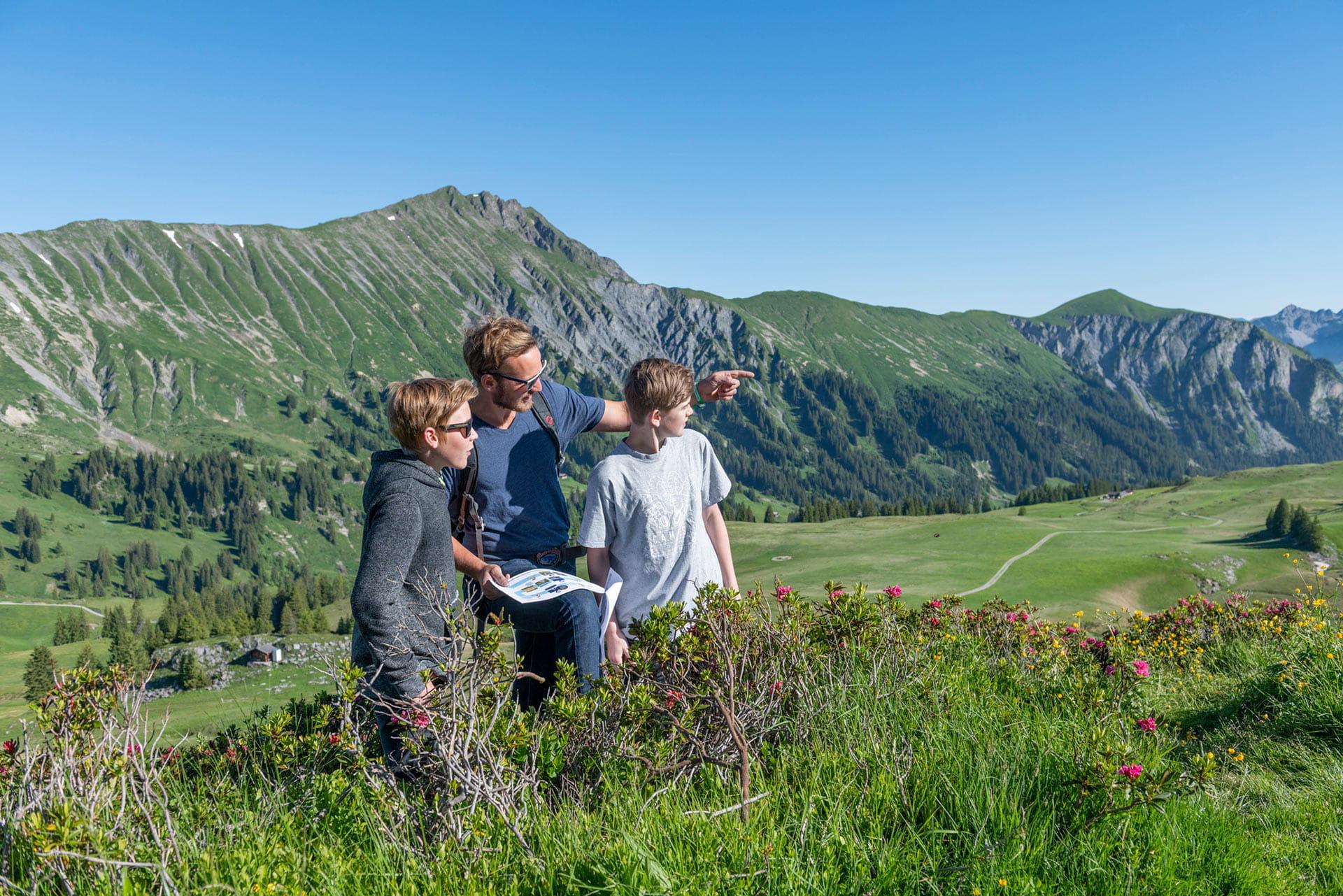 Familie auf dem Detektiv-Trail Betelberg Lenk