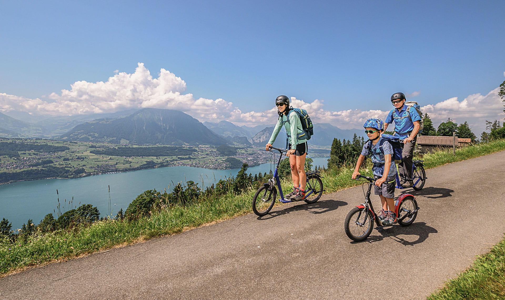 Trotti-Biker am Niederhorn mit Blick auf Thunersee und den Niesen