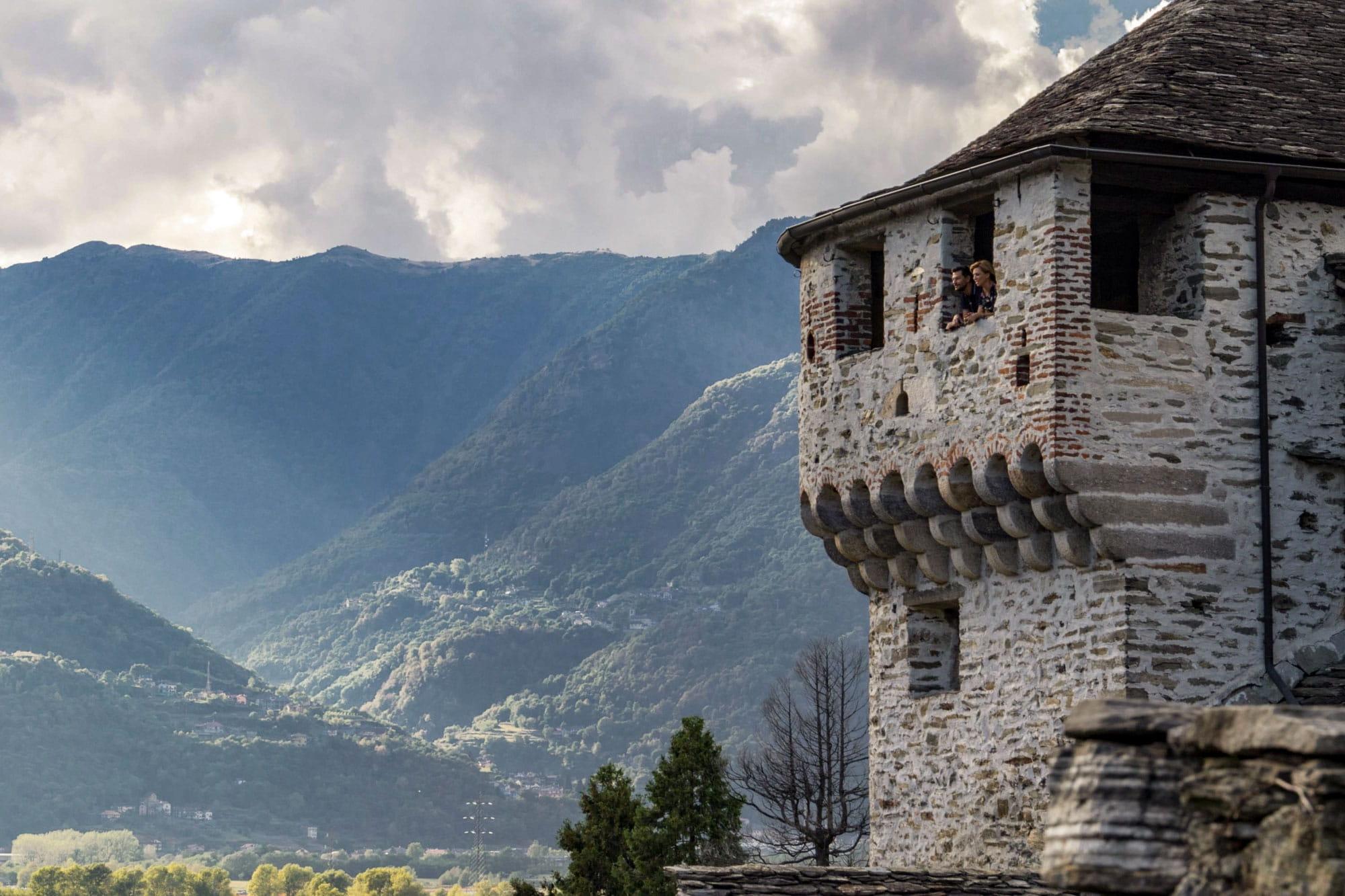 Pärchen blickt aus dem Castello Visconto in Vogogna über das Tal