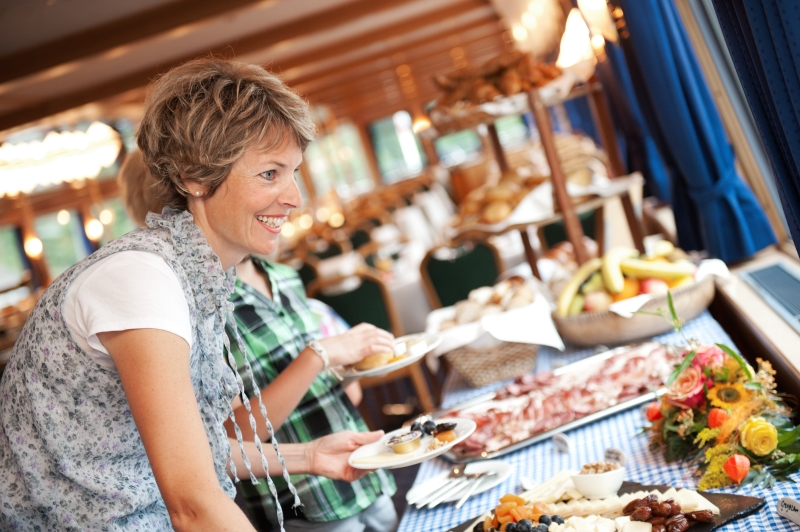 Thunersee-Brunch Frau am Buffet