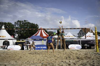 Volleyballspielerinnen in Aktion am Beachtour Masters in Biel