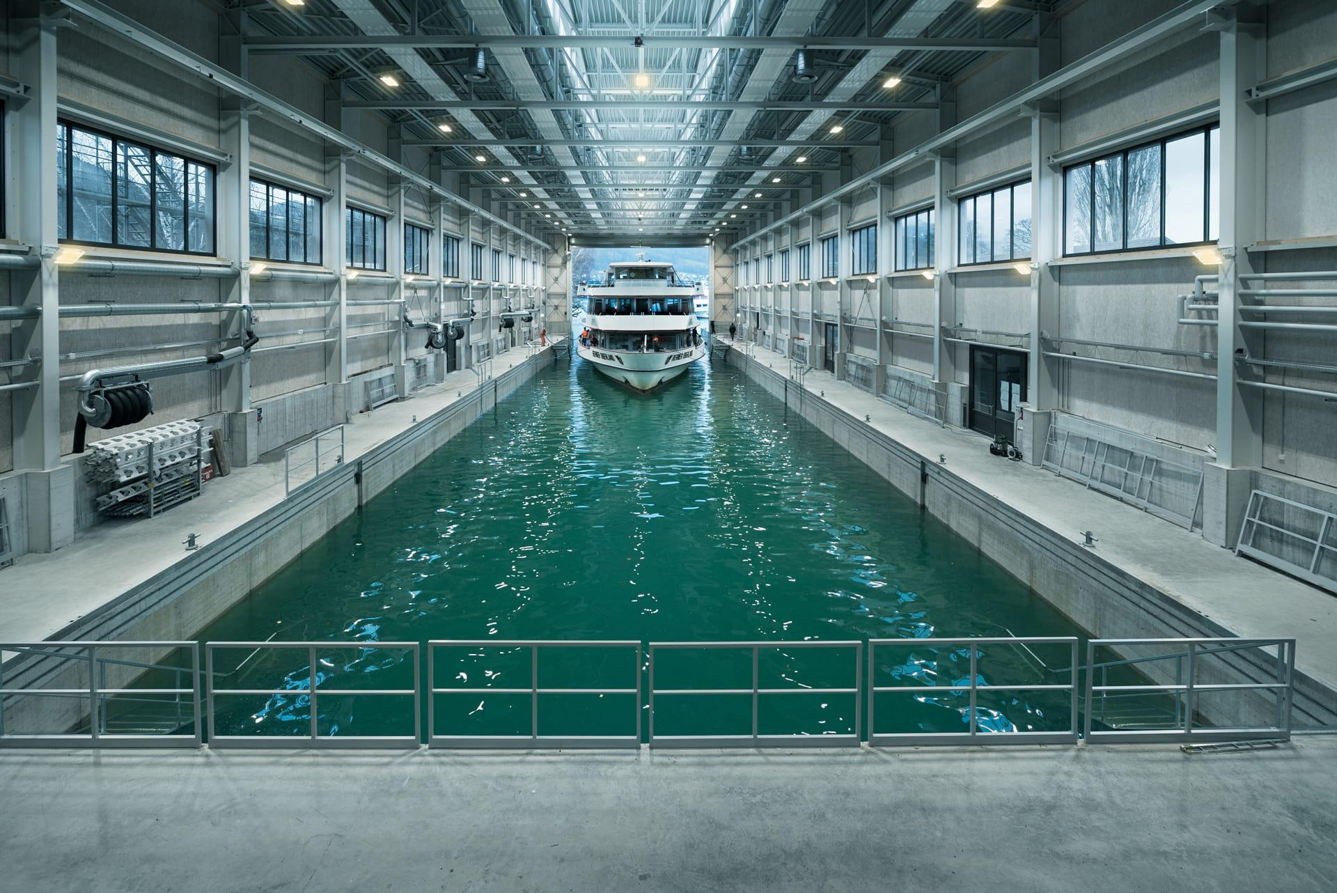 Das MS Berner Oberland fährt in die neue Werfthalle ein