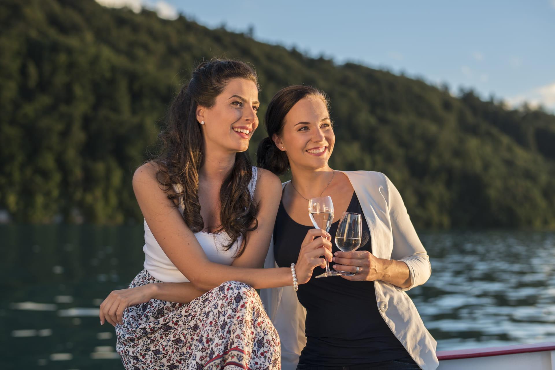 Verbringen Sie den 1. August auf dem Brienzersee und geniessen Sie ein kühles Getränk auf dem Deck des Schiffs.