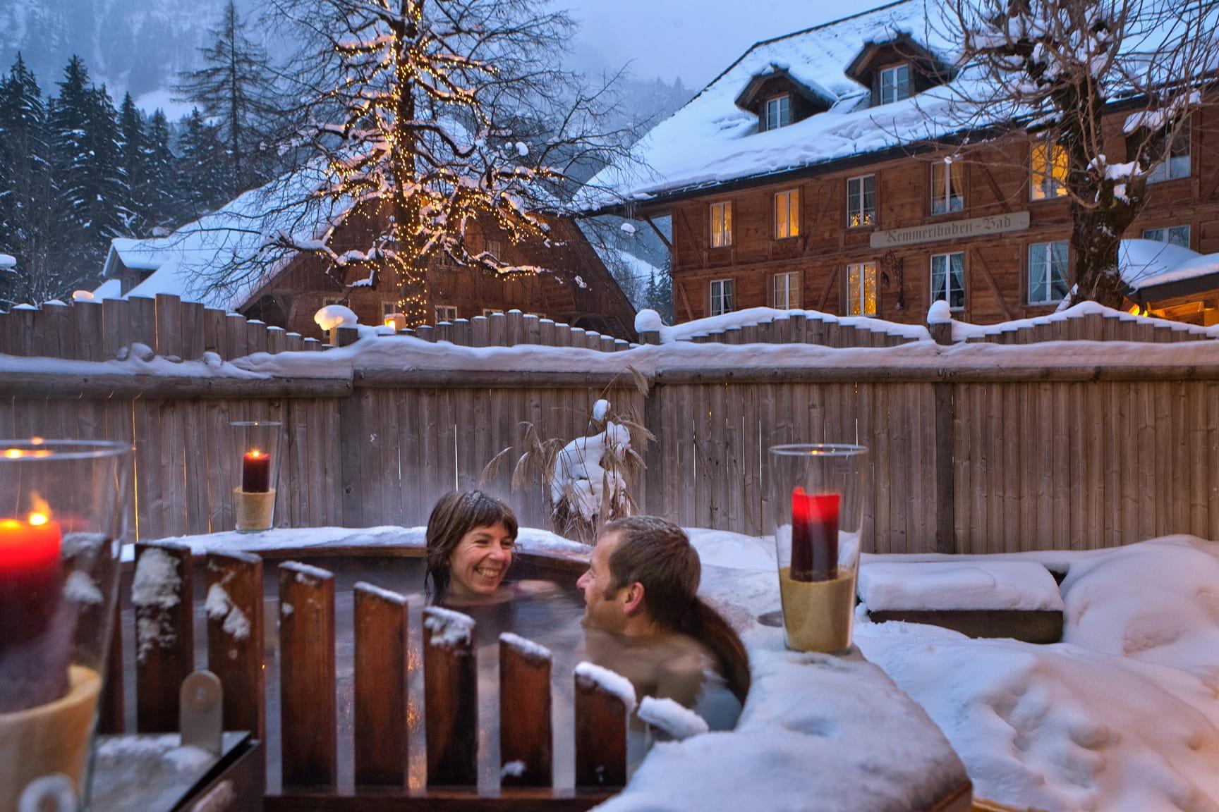 Iglu Erlebnis im Kemmeriboden-Bad: Ein paar badet im Hot Pot