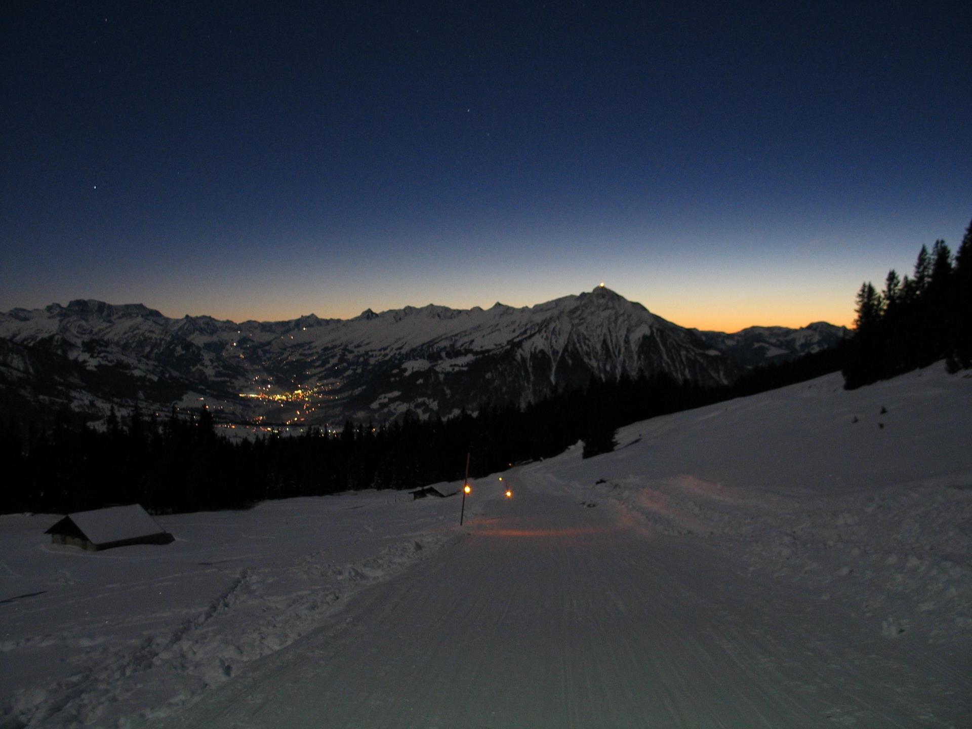 Sternenschlitteln am Niederhorn: Berner Alpen in der Abenddämmerung.